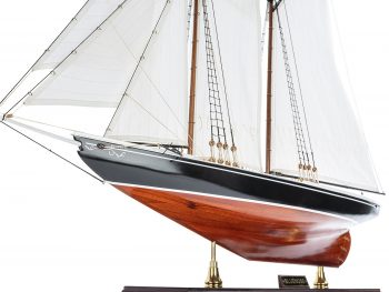 Maquette d'exposition entièrement montée - Mistral Maquettes – Bluenose - 81 cm - vue coque bâbord avant