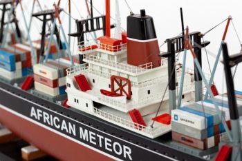 Maquette de collection montée du porte container African Meteor (82 cm), vue détaillée de la timonerie