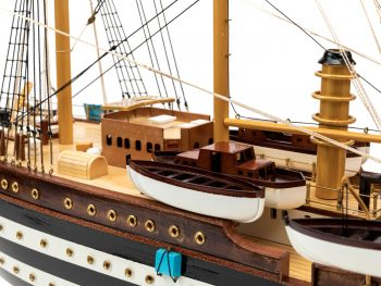 Maquette d'exposition entièrement montée - Mistral Maquettes – Amerigo Vespucci - 90 cm – vue bâbord canots sauvetages