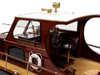 Maquette en bois entièrement montée - Mistral Maquettes – Yacht Aphrodite - 90 cm - gros plan vue bâbord cockpit