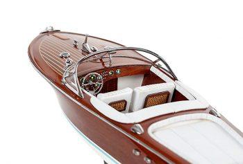 Maquette de collection montée du canot à moteur Aquarama avec sellerie blanche, gros plan sur cockpit