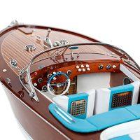 Maquette de collection montée du canot à moteur Aquarama avec sellerie bleue, gros plan sur cockpit