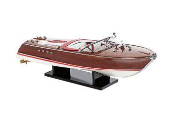 Maquette de collection montée du canot à moteur Aquarama avec sellerie rouge, vue d'ensemble