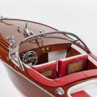 Maquette de collection montée du canot à moteur Aquarama avec sellerie rouge, gros plan sur cockpit