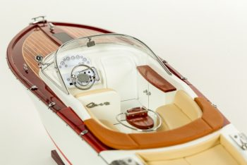 Maquette de collection montée du canot à moteur Aquariva (70 cm), vue détaillée du cockpit