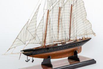 Maquette de collection montée de la goélette Atlantic (78 cm), vue d'ensemble babord avant