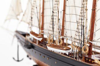 Maquette de collection montée de la goélette Atlantic (78 cm), gros plan babord avant