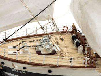 Maquette d'exposition entièrement montée – Mistral Maquettes - Belem (1/75 ème - 81 cm ) - vue bâbord pont avant