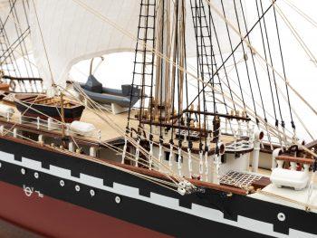 Maquette d'exposition entièrement montée – Mistral Maquettes - Belem (1/75 ème - 81 cm ) - vue bâbord pont central