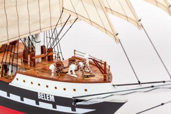 Maquette de collection montée du voilier Belem (90 cm), gros plan sur l'étrave