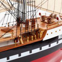 Maquette de collection montée du voilier Belem (90 cm), gros plan sur la proue vue tribord