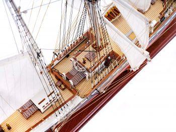 Maquette d'exposition entièrement montée – Mistral Maquettes - Belem (1/75 ème - 81 cm) - vue plongeante pont central 1