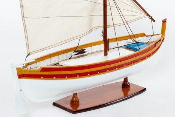 Maquette de collection montée d'une barque catalane (50 cm), bateau traditionnel méditerranéen, gros plan sur la coque