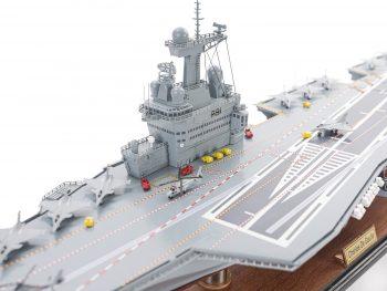 Maquette d'exposition entièrement montée - Mistral Maquettes - Porte-avions Charles de Gaulle (90 cm), vue bâbord avant pont central et îlot
