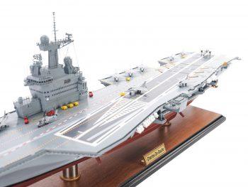 Maquette d'exposition entièrement montée - Mistral Maquettes - Porte-avions Charles de Gaulle (90 cm), vue bâbord pont d'envol arrière