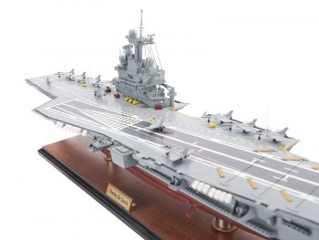 Maquette d'exposition entièrement montée - Mistral Maquettes - Porte-avions Charles de Gaulle (90 cm), vue plongeante bâbord pont et îlot central