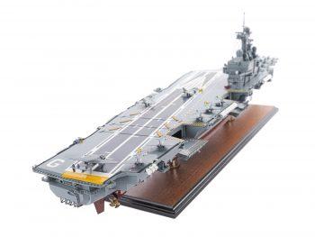 Maquette d'exposition entièrement montée - Mistral Maquettes - Porte-avions Charles de Gaulle (90 cm), vue plongeante globale tribord arrière