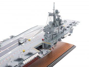 Maquette d'exposition entièrement montée - Mistral Maquettes - Porte-avions Charles de Gaulle (90 cm), vue plongeante tribord pont avant - îlot central