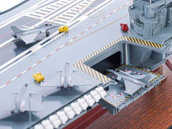 Maquette d'exposition entièrement montée - Mistral Maquettes - Porte-avions Charles de Gaulle - 90 cm - vue détaillée ascenseur tribord avant