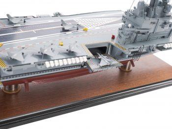 Maquette d'exposition entièrement montée - Mistral Maquettes - Porte-avions Charles de Gaulle (90 cm), vue tribord îlot central et ascenseur avant