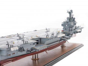 Maquette d'exposition entièrement montée - Mistral Maquettes - Porte-avions Charles de Gaulle (90 cm), vue tribord pont et îlot central