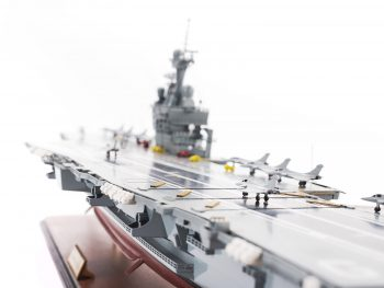 Maquette d'exposition entièrement montée - Mistral Maquettes - Porte-avions Charles de Gaulle (90 cm), vue babord piste d'envol