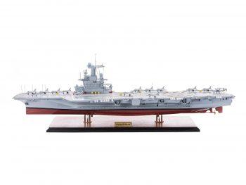 Maquette d'exposition entièrement montée - Mistral Maquettes - Porte-avions Charles de Gaulle (90 cm), vue d'ensemble latérale bâbord