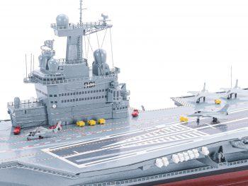 Maquette d'exposition entièrement montée - Mistral Maquettes - Porte-avions Charles de Gaulle (90 cm), vue bâbord îlot central