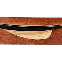 Demi-coque peinte du voilier Pen Duick (66 cm)