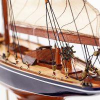 Maquette de collection montée de l'Endeavour (60 cm), vue détaillée de la barre à roue