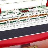 Maquette de collection montée du paquebot France (114 cm), gros plan sur les ponts supérieurs