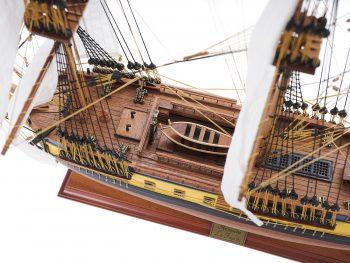 Maquette d'exposition entièrement montée – Mistral Maquettes – Frégate Hermione (75 cm), vue plongeante pont central