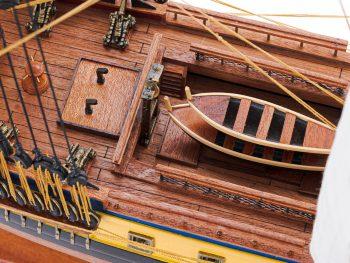 Maquette d'exposition entièrement montée – Mistral Maquettes – Frégate Hermione (75 cm), gros plan sur les canots