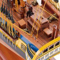 Maquette de collection montée du galion Hermione (75 cm), vue plongeante sur le pont arrière