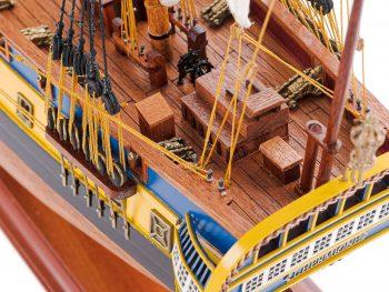 Maquette d'exposition entièrement montée – Mistral Maquettes – Frégate Hermione (75 cm), vue plongeante sur le pont arrière