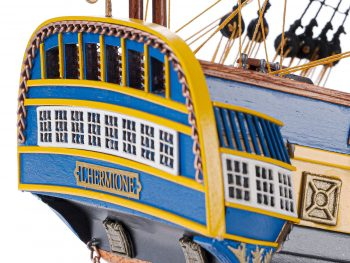 Maquette d'exposition entièrement montée – Mistral Maquettes – Frégate Hermione (75 cm), gros plan sur la poupe