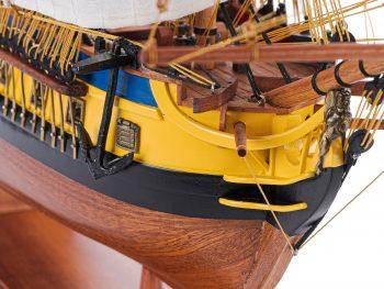 Maquette d'exposition entièrement montée – Mistral Maquettes – Frégate Hermione (75 cm), gros plan sur la proue