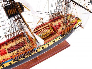 Maquette d'exposition entièrement montée – Mistral Maquettes – Frégate Hermione qualité musée (1/89 ème - 74 cm ) - vue plongeante pont central 2
