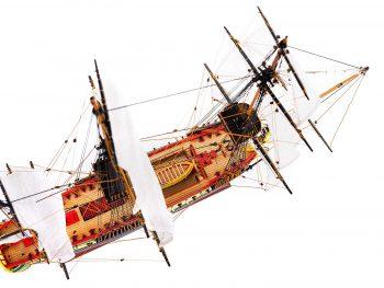 Maquette d'exposition entièrement montée – Mistral Maquettes – Frégate Hermione qualité musée (1/89 ème - 74 cm ) - vue plongeante générale