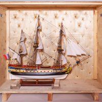 Maquette de collection montée du galion Hermione (1/89ème - 74 cm), vue de l'emballage en caisse bois