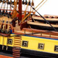 Maquette de collection montée du galion Hermione (75 cm), gros plan sur tribord
