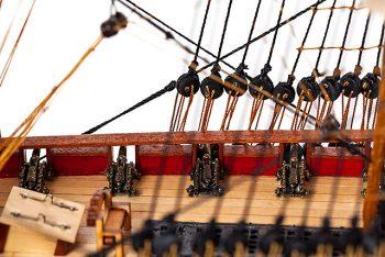 Maquette de collection montée du galion Hermione (75 cm), gros plan sur le pont et ses canons