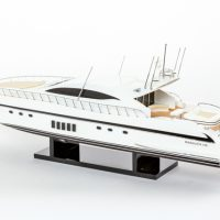 Maquette de collection montée du yacht Mangusta (85 cm), vue d'ensemble babord