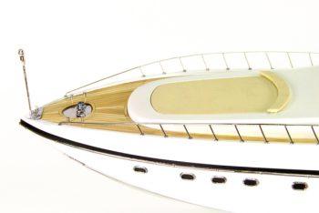 Maquette de collection montée du yacht Mangusta (85 cm), gros plan sur le plage avant
