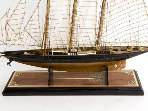 Maquette d'exposition entièrement montée – Mistral Maquettes - Atlantic - 78 cm - Vue plongeante latérale babord