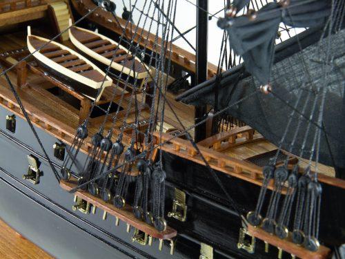 Maquette d'exposition entièrement montée – Mistral Maquettes - Black Pearl - 88 cm - vue babord pont central
