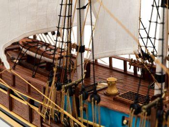 Maquette d'exposition entièrement montée - Mistral Maquettes - Le Bounty - 72 cm - détail vue latérale bâbord