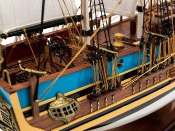 Maquette d'exposition entièrement montée - Mistral Maquettes - Le Bounty - 72 cm - vue château arrière latérale tribord