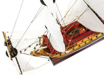 Maquette d'exposition entièrement montée – Mistral Maquettes – Galion La Licorne (85 cm), vue plongeante pont central