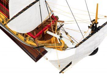 Maquette d'exposition entièrement montée – Mistral Maquettes – Galion La Licorne (85 cm), vue plongeante tribord proue